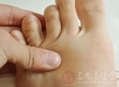 以拇指指端用力按压足底敏感区域或穴位(如涌泉穴),要有酸痛感,按压数次后停顿一下再压