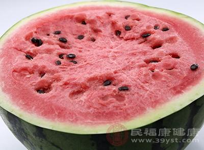 西瓜中含有單寧酸,通過攝入單寧酸,快速分解燃燒中性脂肪