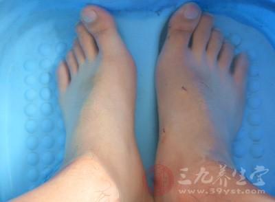 祛湿的方法 这样泡脚轻松助你逼出体内湿气