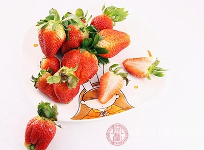 草莓果肉酸甜多汁,含有多种有机酸