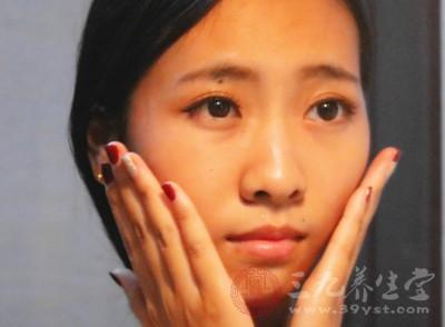 敷面膜脸上刺痛是怎么回事 敷面膜痛的原因
