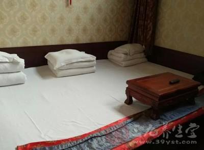 加上卧室在西南,出入自然是往东、东北方向走动的