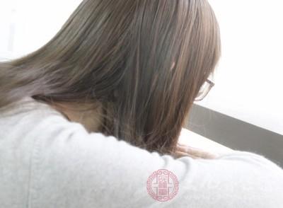 女性经期巧按摩 缓解嗜睡工作更顺利