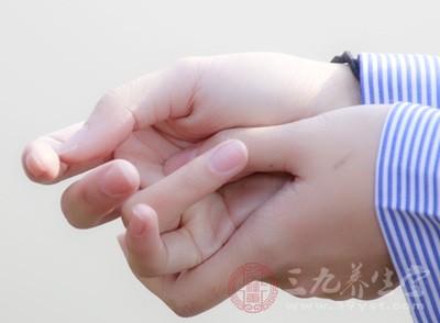 手知健康是通过握手时,观察对方伸手的手掌姿态