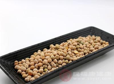 泡發的黃豆中撒少許鹽