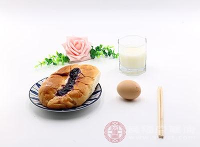 三餐正常有规律外;尤其重视高质量的营养早餐