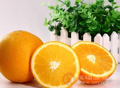 把橙子果肉取出,保留完整的橙子皮
