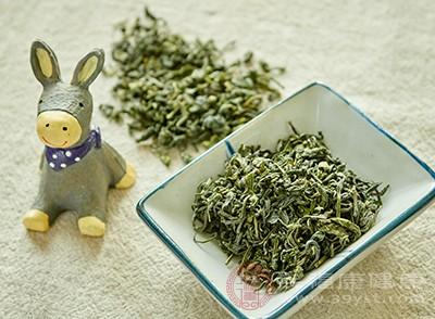 冷却的淡绿茶可以临时充当化妆水