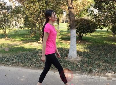 走路时人的双臂摆动不自然,幅度过小