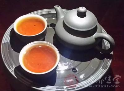 挑选干净的红枣,清洗后泡水,对调节身体非常有益