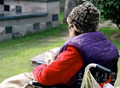 她的婆婆长年被关节病困扰