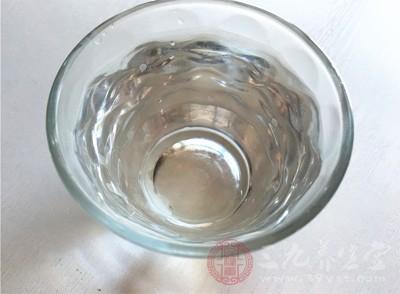 第二种方法是准备一个杯子倒入凉水