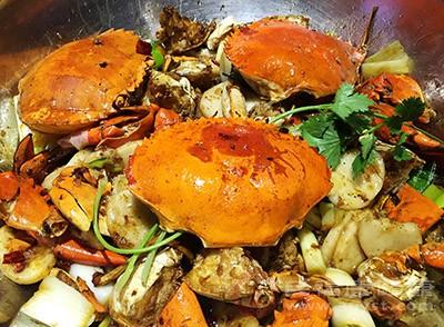 用刷子把蟹刷干净。整只蟹放入蒸锅