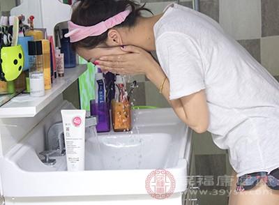洗脸的误区 以后别再用这种水洗脸了