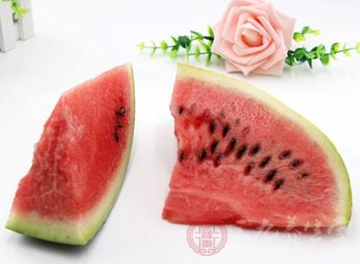 西瓜是属于夏天的水果,水分充足,卡路里含量低