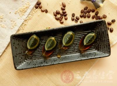 皮蛋又叫松花蛋、变蛋,是中国的传统食品