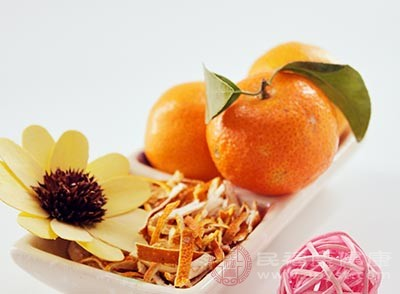 把橘子瓣放進冰糖水里