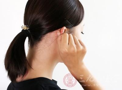 用手压耳朵