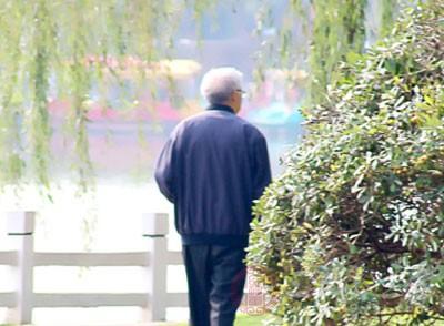老人旅游回来感染重度肺炎 旅馆发霉床是病因