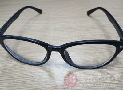 配副适宜的框架眼镜,费较为低廉