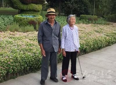 小区里的张大妈、赵叔叔、李大爷都是六七十岁的老人