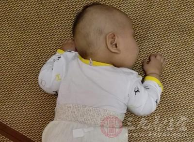 新生儿到底应该如何用枕头 看了你就知道了