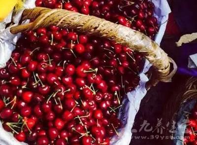 随处可见红宝石般的樱桃躺在竹编的篮子里