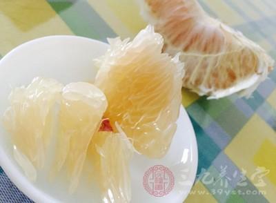 柚中含有大量的维生素C,能降低血液中有胆固醇,但是柚子不宜多吃