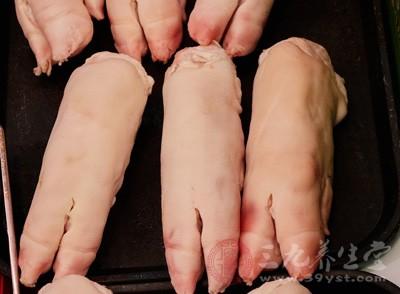 正常情况下,猪蹄被药水泡过用手摸会感觉到发黏