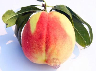 刘先生就因为放假没事在家吃桃子