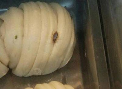 上海家乐福的花卷上有蟑螂在爬 好不卫生