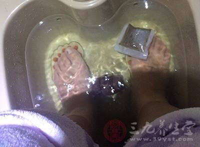 使用热水泡脚对促进血液循环流动有好处,可以赶走体内湿气和寒气