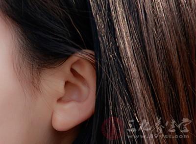 我们可以通过看耳朵的颜色和光泽判断一个人是否健康,要是一个人健康、精气充足的话,他的耳朵是红润并且有光泽的