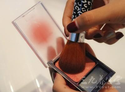 密不透气的底妆造成毛孔阻塞导致毛孔变粗