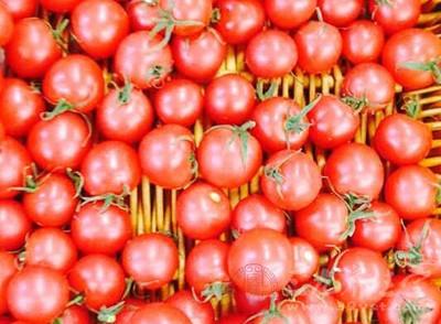 西红柿具有预防雀斑的功效,所以我们要多吃西红柿,好每天都喝一杯西红柿汁
