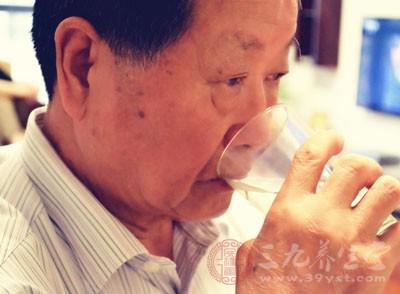 养成喝水好习惯,能不断的稀释血液,避免血液凝稠