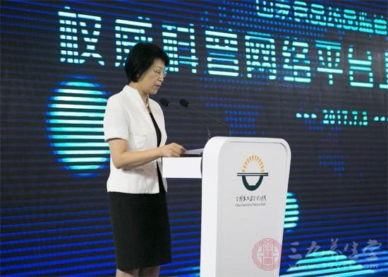 食药监总局新闻司司长、新闻中心主任颜江瑛在发布会上致辞