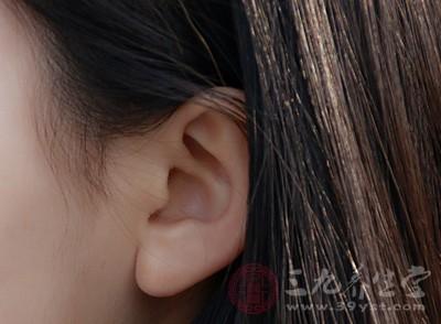 在发热后出现耳鸣、耳聋、眩晕、耳内作痒、头痛、肌肉酸痛、心中烦闷的现象