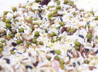 饮食要清淡,便于消化。要多食用消热利湿的食物,比如绿豆粥