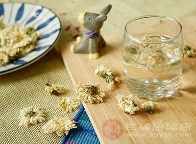 洗完茶后,用100度的开水或者凉到90度的热开水冲到菊花里