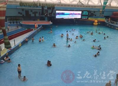 合格的池水游起来,水在身体表面上划过时是柔软顺畅的感觉
