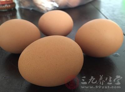 炒鸡蛋记得用筷子炒,炒的时候慢慢地将鸡蛋滑散