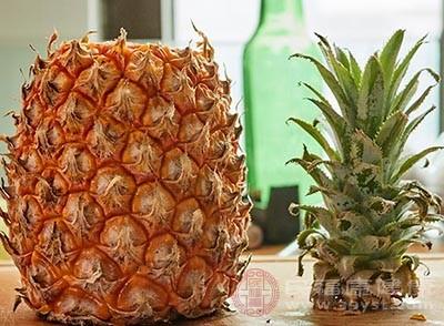 菠萝含有大量的果糖、葡萄糖