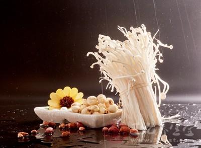 金针菇、香菇、芹菜、红萝卜半个、红辣椒2个、仔姜