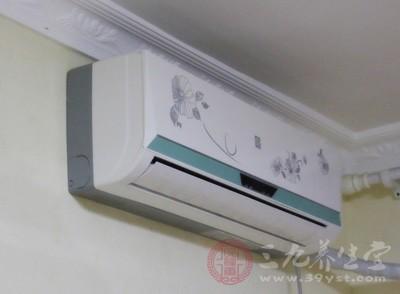 夏季炎热,人们最喜欢吹空调,但是,吹空调的时候一定不能让空调对着脊椎吹