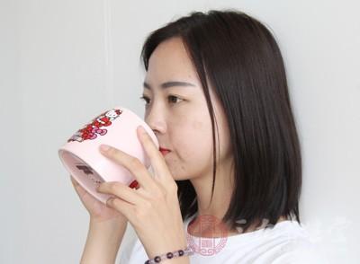 不少人在日常生活中没有良好的饮水习惯,往往都是等感觉到口渴才去喝水