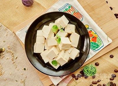 豆腐用清水浸泡一下、沥干水、切成小三角形
