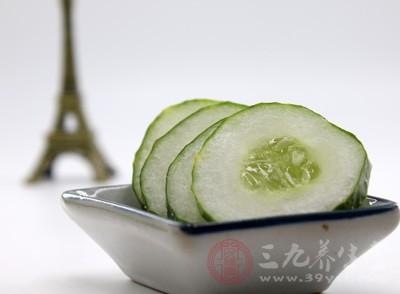 黄瓜中含有维生素分解酶,而杨梅中却是有着丰富的维生素C的