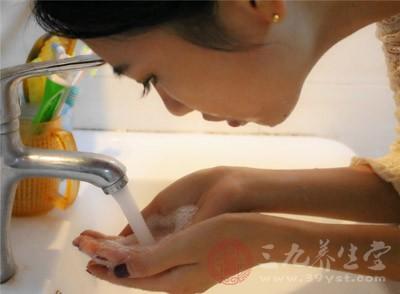 用什么洗脸会变白 用这些常见物洗脸轻松变白