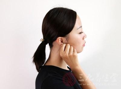 可连续用手掌压迫耳屏或用手指牵拉耳廓